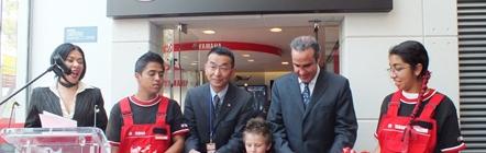 El Sr. Yoshihiko Takahashi, Presidente de Yamaha Motor de México y Xavier López Ancona, Presidente de KidZania, en el corte de listón del Taller de Motocicletas de Yamaha Motor de Mexico en KidZania Cuicuilco.