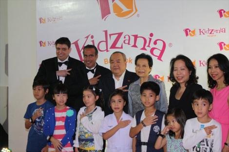 From left to right: Mr. Scott Schubert (Governor of KidZania Thailand), Mr. Xavier López Ancona (President of KidZania), Mr. David Salim (Chairman of Kids Edutainment Holdings Thailand Co. Ltd.), Khunying Jada Watthanasiritham (Chairwoman of Siam Paragon Development Group)