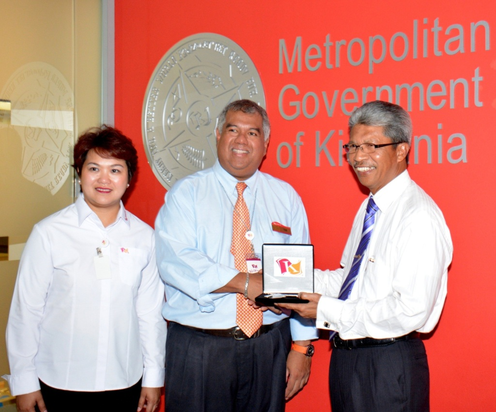 Presenting the 'key' to the city of KidZania Kuala Lumpur: (L-R) Pn Susanah Abdul Rani, General Manager and Mayor of KidZania Kuala Lumpur; Y.M. Tunku Dato' Ahmad Burhanuddin, Managing Director and CEO of Themed Attractions and Resorts Sdn Bhd and Governor of KidZania Malaysia; YBhg.Tan Sri Dr. Mohd Shukor Mahfar, Chief Executive Officer, Lembaga Hasil Dalam Negeri Malaysia.