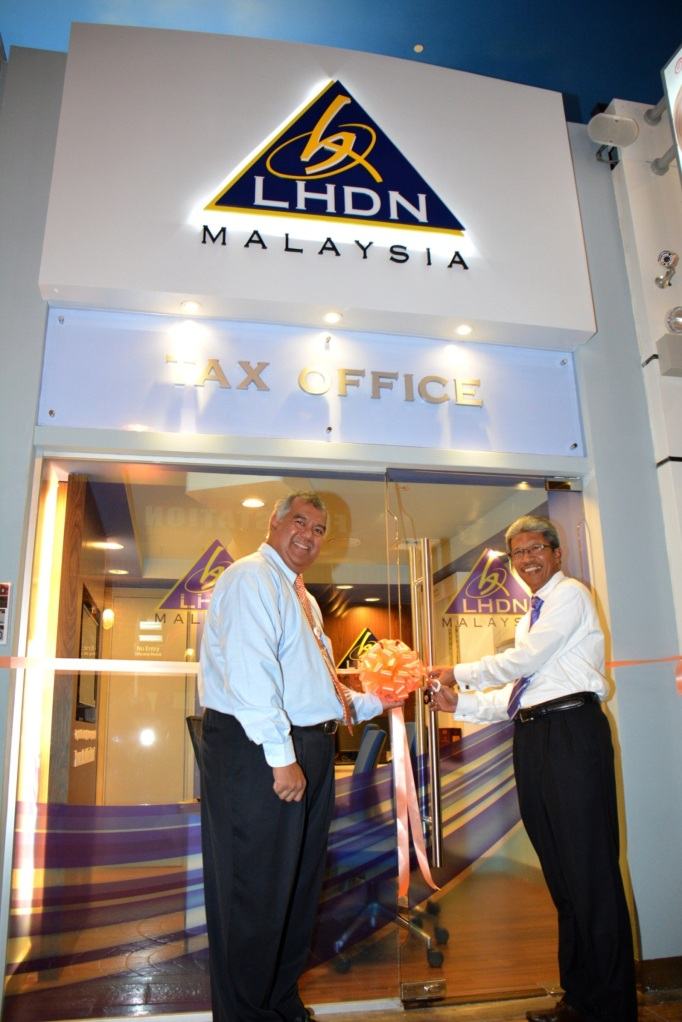 Y.M. Tunku Dato' Ahmad Burhanuddin and YBhg.Tan Sri Dr. Mohd Shukor Mahfar officiating the launch of the LHDNM Tax Office establishment in the city of KidZania Kuala Lumpur