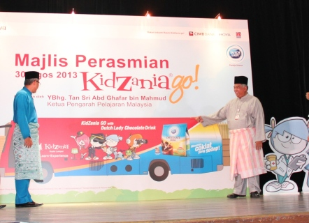 YBhg. Datuk Dr. Khair bin Mohamad Yusof and Tunku Dato' Ahmad Burhanuddin unveiling the KidZania go! bus during the launch
