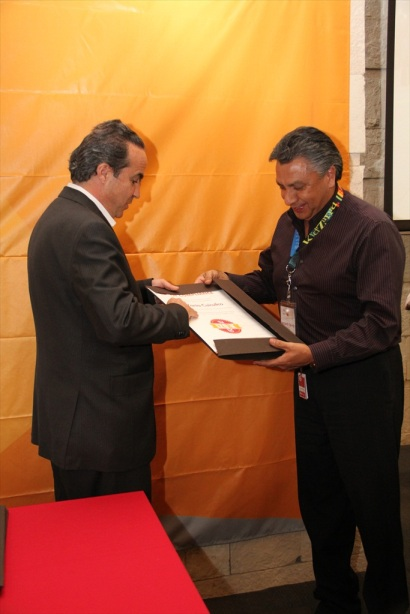 Mr. Xavier López gives the IZO:K certification to Mr. Fernando Galindo, Mayor of KidZania Cuicuilco