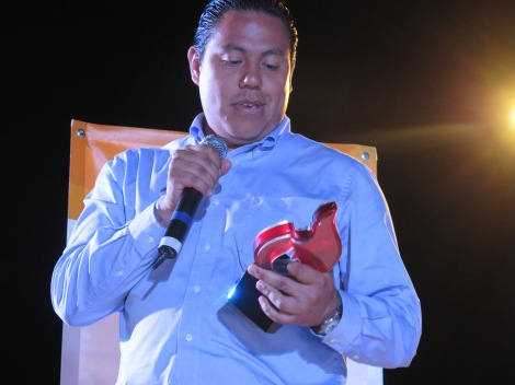 Miguel Aguirre -City Mayor of KidZania Cuicuilco- receiving the